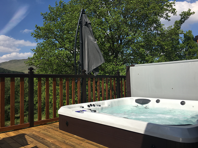 The Teaghlach lodge hot tub